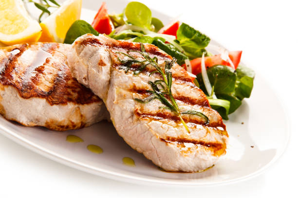 gegrillte hühnerbrust und gemüse salat - schnitzel braten stock-fotos und bilder