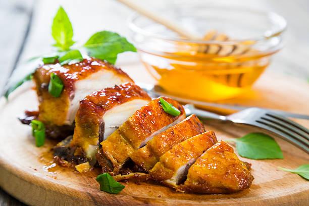 grilled chicken breast in a honey glaze - geglazuurd stockfoto's en -beelden