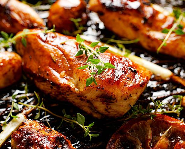 gegrillte hühnerbrust - marinade für grillfleisch stock-fotos und bilder