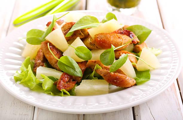 gegrillte hühnchenbrust-salat - ananas huhn salate stock-fotos und bilder