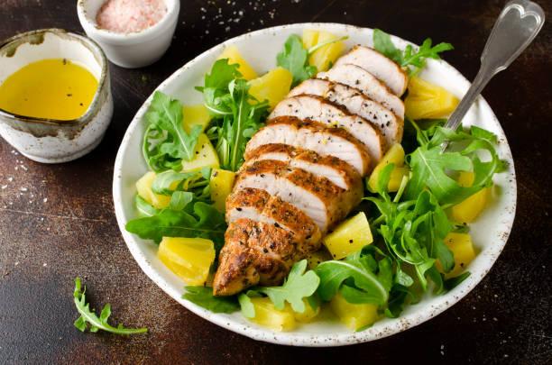 gegrillte hühnerbrust mit ananas und rucola - ananas huhn salate stock-fotos und bilder
