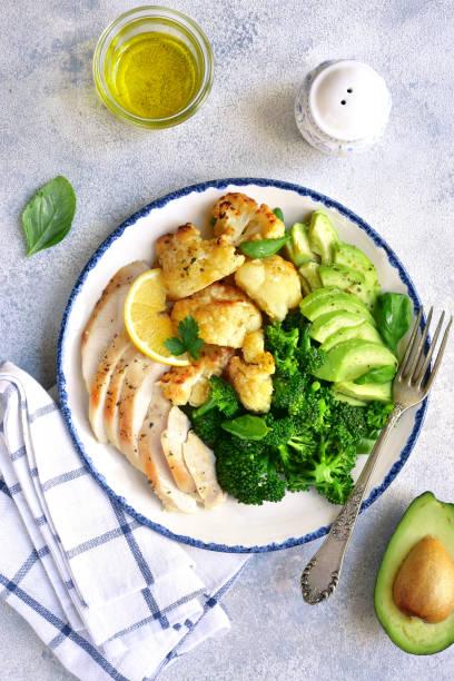 gegrillte hühnerbrust mit gemüse - gebackener blumenkohl stock-fotos und bilder
