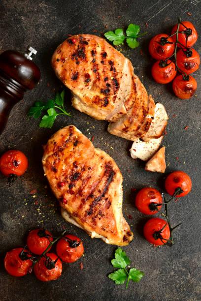 Gegrillte Hühnerbrust mit gebratenen Tomaten – Foto