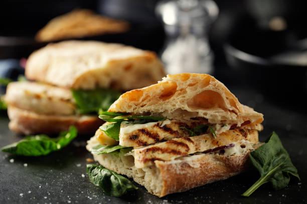 구운된 치킨 ciabetta 샌드위치 - 치아바타 빵 뉴스 사진 이미지