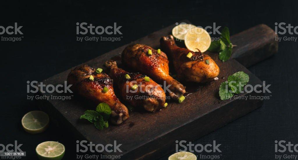 Gegrilltes Huhn Drumstick köstliche Chopping Board – Foto