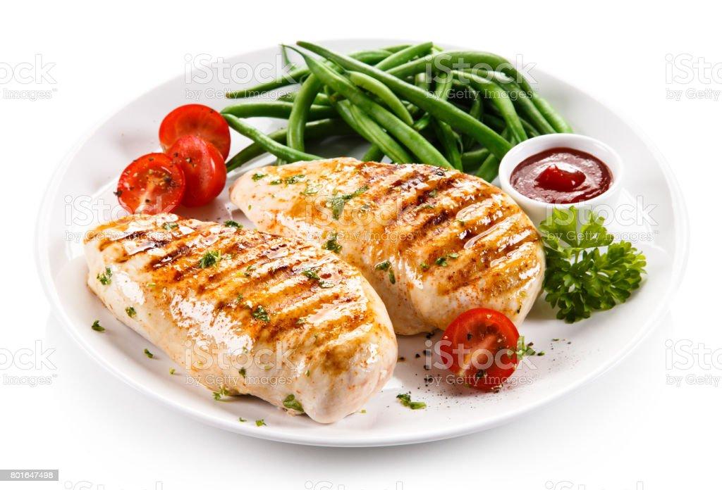 Filet de poulet grillé et légumes - Photo