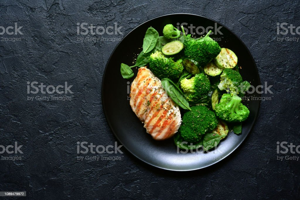 Gegrilltes Hühnerfilet mit grünen Salat – Foto