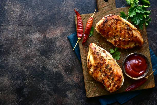 Gegrilltes Hühnerfilet mit würzigem Ketchup – Foto