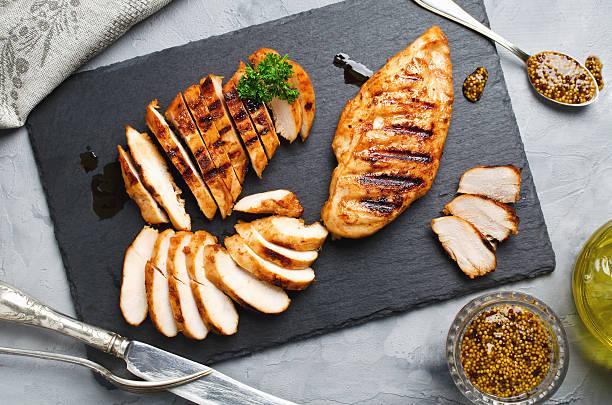 grillowane filety z kurczaka w pikantnej marynacie - kurczak zdjęcia i obrazy z banku zdjęć