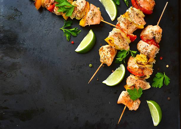 gegrilltes hühnchen-kebab. - kebab marinade stock-fotos und bilder