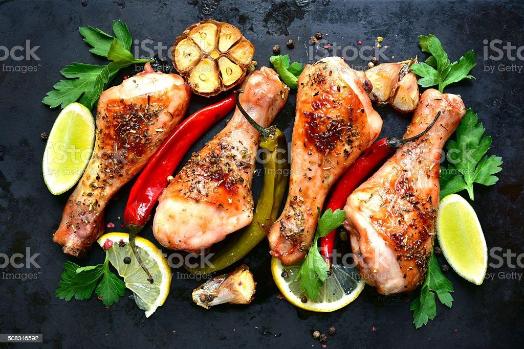 Gegrilltes Hühnerfleisch Beine krampfen. Aufsicht. – Foto