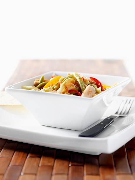 gegrilltes hühnchen und pasta mit paprikaschoten - nudelsalat zum grillen stock-fotos und bilder