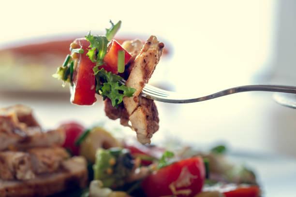 salada de frango grelhado e legumes. alimento dietético saudável. - porção de comida - fotografias e filmes do acervo