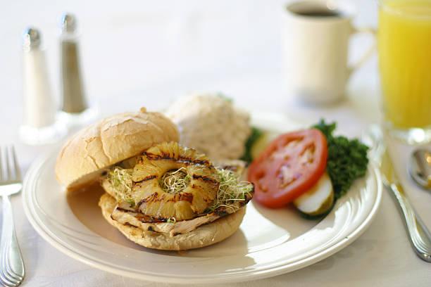 gegrilltes hühnchen-sandwich-lecker! - ananas huhn salate stock-fotos und bilder