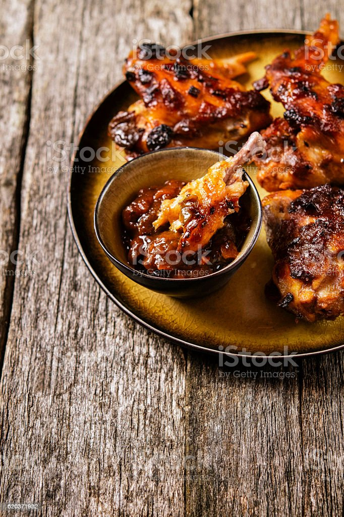 Grilled chicken wings with chutney foto de stock royalty-free