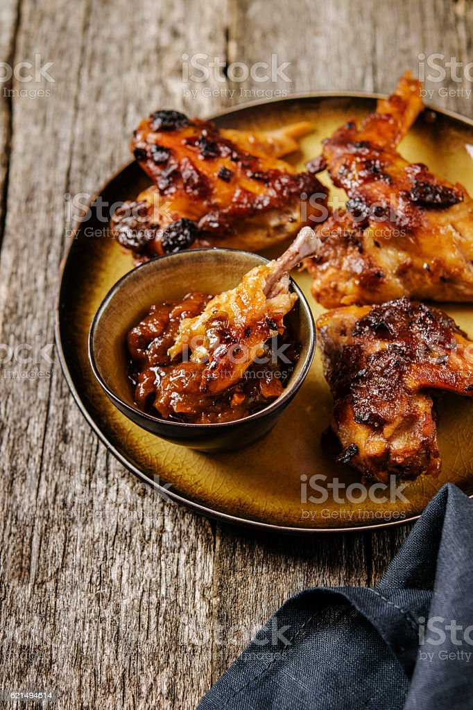 Grilled chicken wings with chutney photo libre de droits
