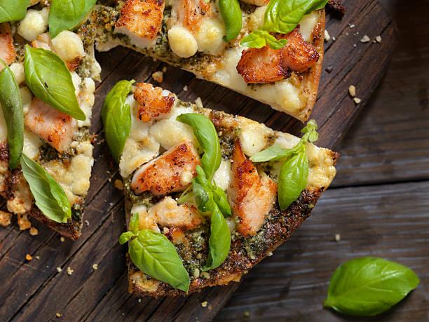 grilled chicken with basil pesto sauce and goat cheese - fladenbrotpizza stock-fotos und bilder