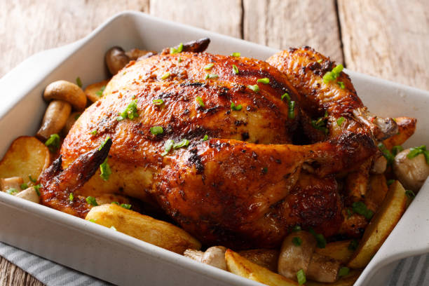 grillowany kurczak z grzybami i ziemniakami z bliska w naczyniu do pieczenia. poziomy - kurczak zdjęcia i obrazy z banku zdjęć