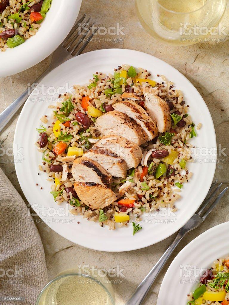 Frango grelhado com arroz integral e salada de Quinoa - foto de acervo