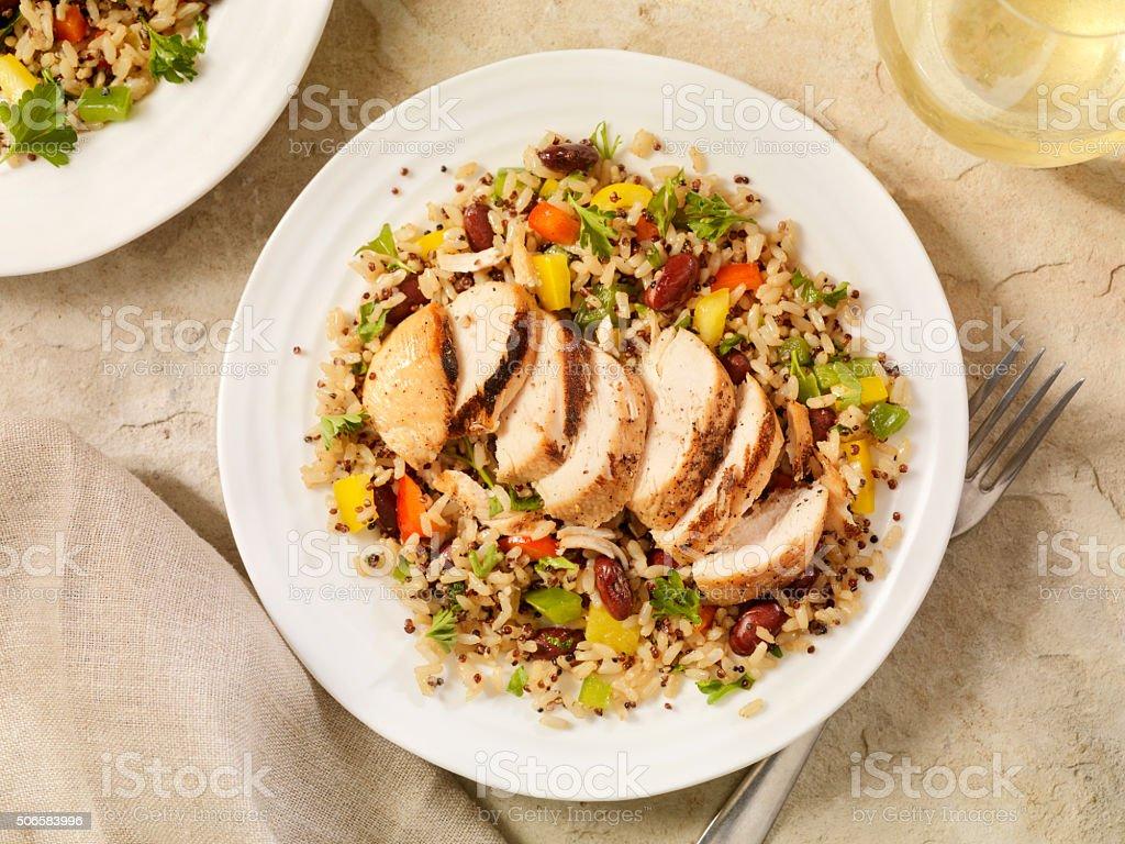 Quinua y pollo a la parrilla y ensalada de arroz integral - foto de stock
