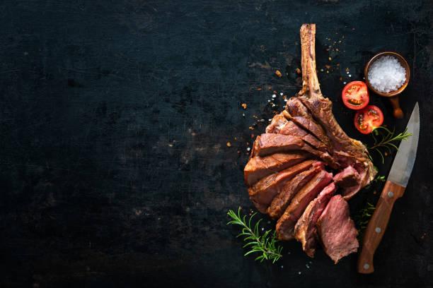 Gegrilltes trockenes Tomahawk-Steak, das als Nahaufnahme geschnitten wurde – Foto