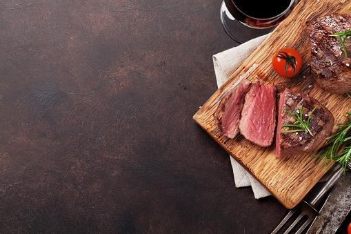 istock Grilled fillet steak with wine 871489560