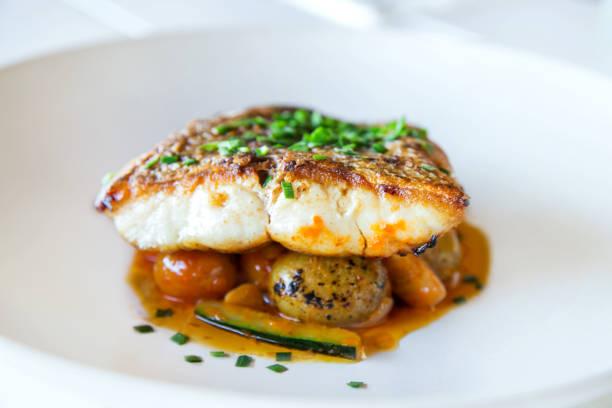grilled fish fillet with vegetables - cod imagens e fotografias de stock