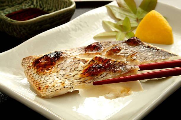 grilled fish, japanese food - peixe na grelha imagens e fotografias de stock