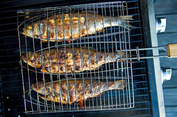grelhado peixes - peixe na grelha imagens e fotografias de stock