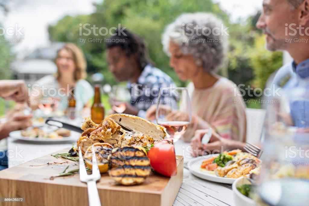 Grillades sur une planche en bois à la Garden-Party - Photo