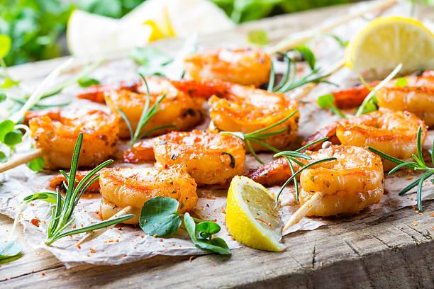 grilled fried shrimps prawns on wooden skewers with spices - spieße grillen stock-fotos und bilder