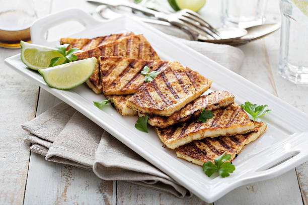 grilled fried tofu on a plate - vleesvervanger stockfoto's en -beelden
