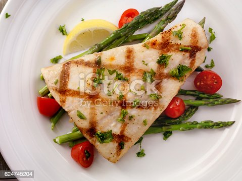 istock Grilled Halibut with Asparagus and Tomatoes 624745204