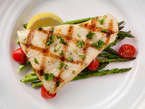 grilled halibut with asparagus and tomatoes - 흰살생선 뉴스 사진 이미지