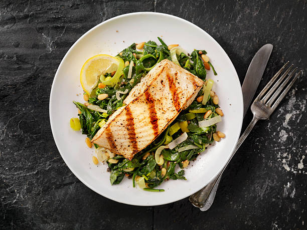 grilled halibut with spinach, leeks and pine nuts - 即食口糧 個照片及圖片檔