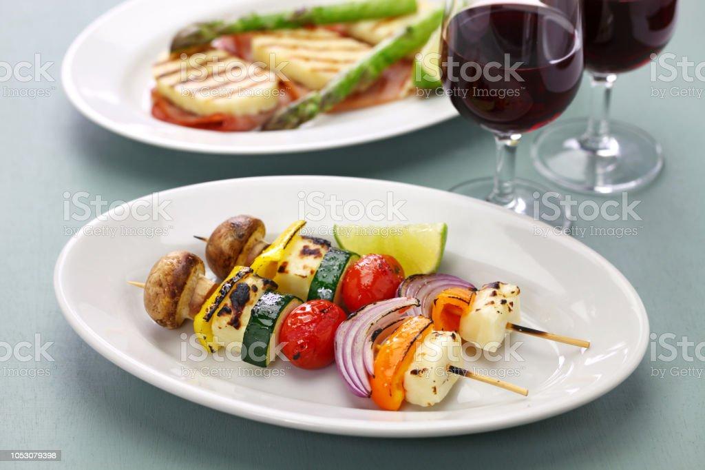 kebab para espetos de legumes do queijo halloumi grelhado, prato vegetariano saudável - foto de acervo