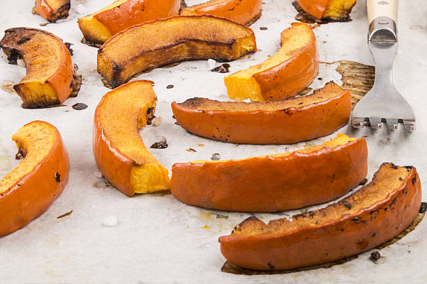 grilled hokkaido pumpkin slices on white kitchen paper - hokkaido kürbis zubereiten stock-fotos und bilder