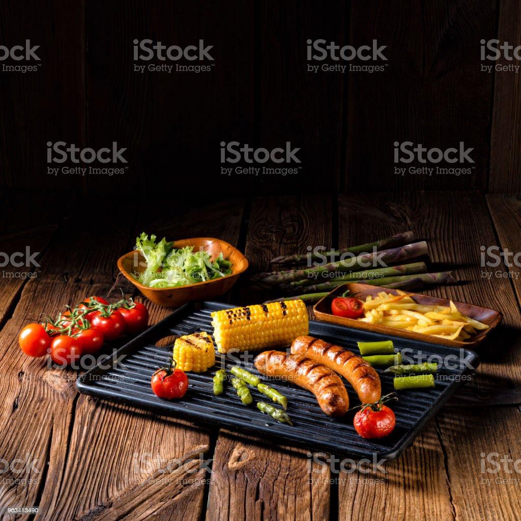 krakauer grillé avec français frites et salade verte - Photo de Aliment frit libre de droits