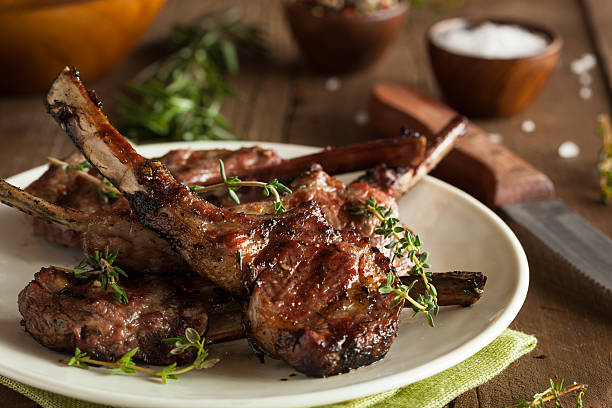 grilled lamb chops organized on a white plate on wood - rib voedsel stockfoto's en -beelden