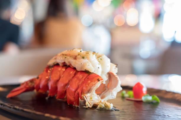 grillé homard et légumes sur la plaque. - queue photos et images de collection