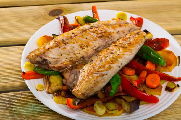 Gegrillter Makrelen mit geröstetem Gemüse – Foto