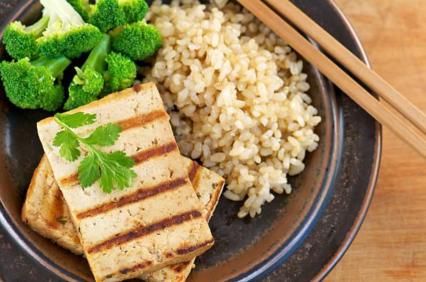 gegrilltes mariniertes tofu von oben - mariniertes tofu stock-fotos und bilder