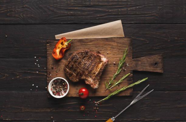 gegrild vlees en groenten op rustieke houten tafel - rib voedsel stockfoto's en -beelden