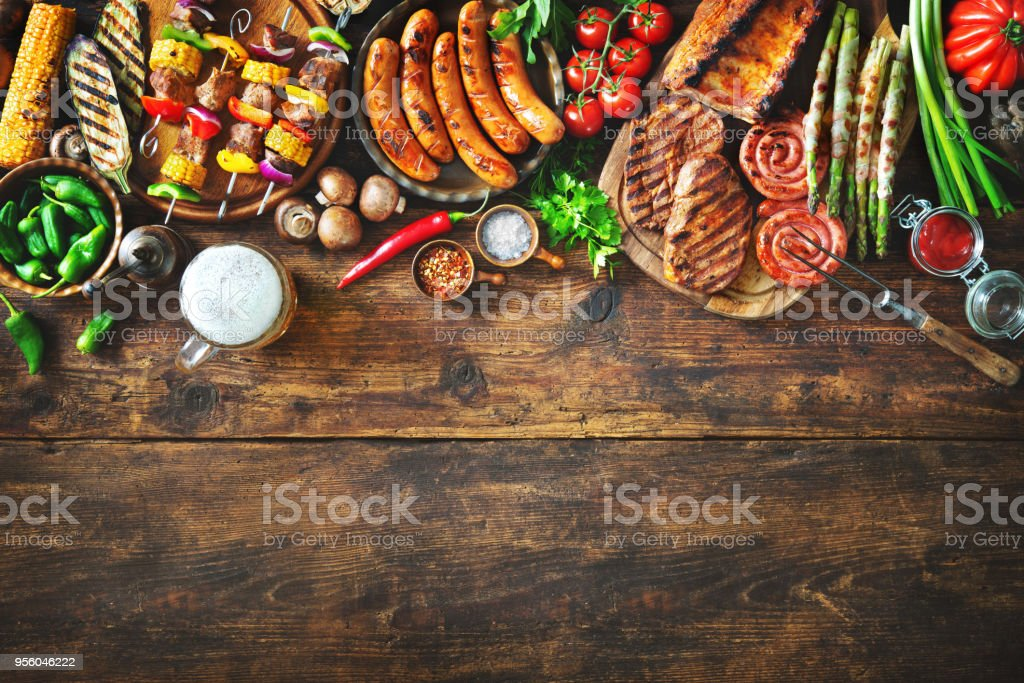 Grilled meat and vegetables on rustic wooden table foto stock royalty-free