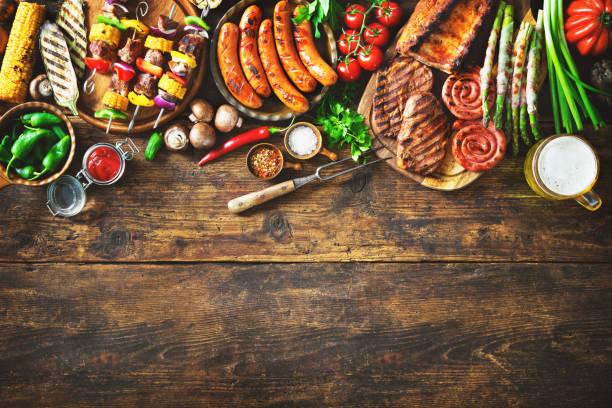 Gegrilltes Fleisch und Gemüse auf rustikalen Holztisch – Foto