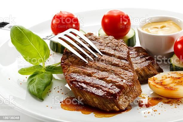 Gegrilltes Fleisch Und Gemüse Stockfoto und mehr Bilder von Basilikum