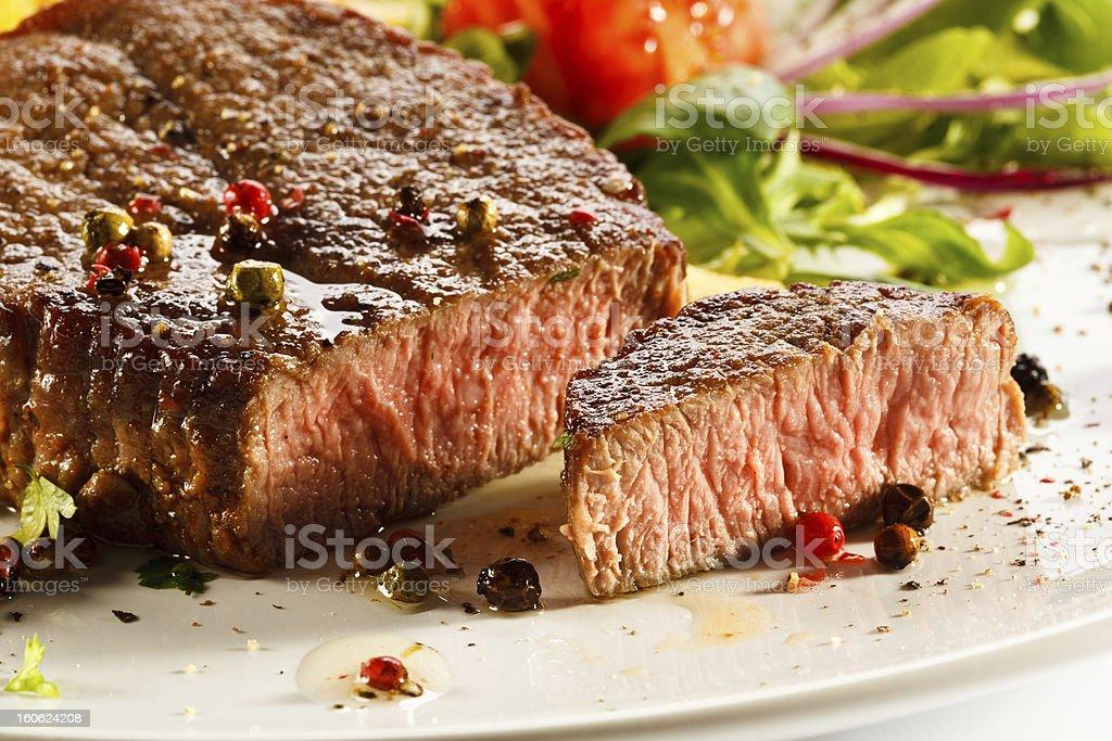 Carne a la parrilla y verduras - Foto de stock de Alimento libre de derechos