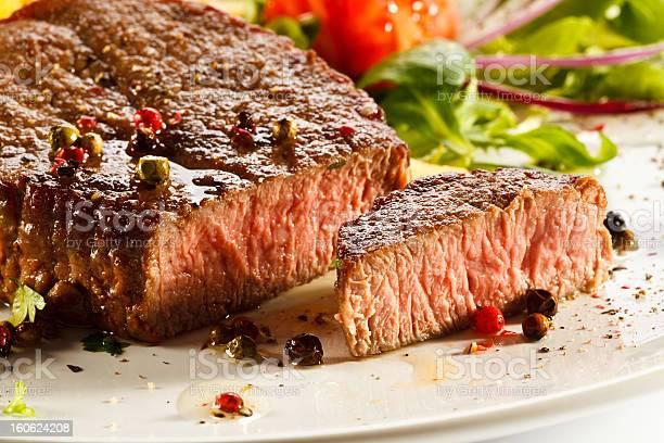 Carne A La Parrilla Y Verduras Foto de stock y más banco de imágenes de Alimento