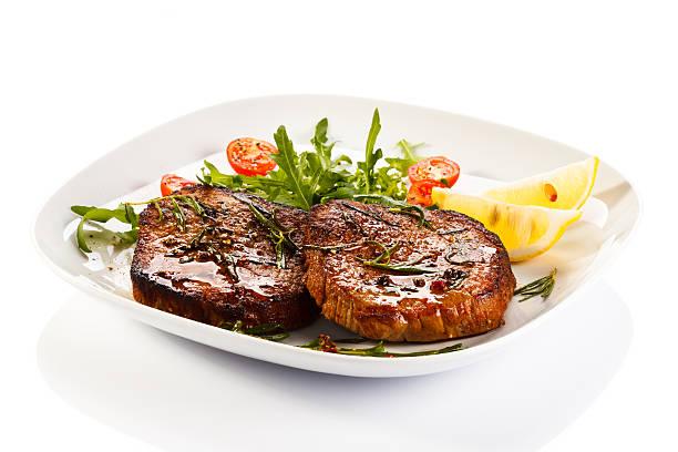 grelhado carne e produtos hortícolas - meat plate imagens e fotografias de stock