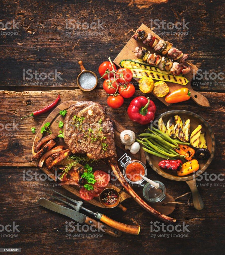 Gegrilltes Fleisch und Gemüse - Lizenzfrei Bauholz-Brett Stock-Foto